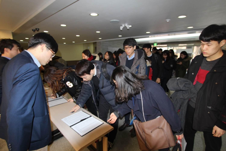 롯데장학생 한마음 소통캠프 서명중인 학생사진
