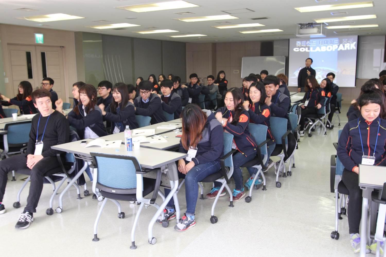롯데장학생 한마음 소통캠프 설명을 듣고 있는 학생들의 사진2